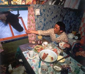 Nenets-Rus-in-tsjum-geeft-brood-aan-rendier-131109