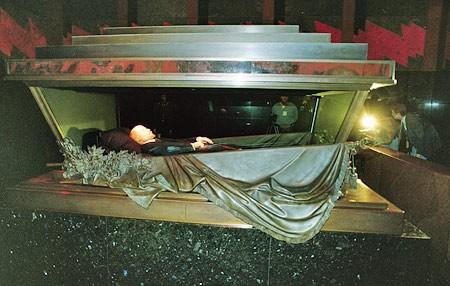 Lenin-opgebaard-in-Mausoleum-070414